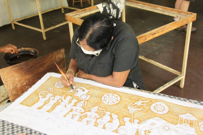 Woman_with_brush_painting_batik